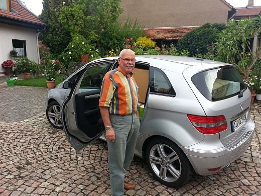 Werner Schnorr bei der Übergabe der Kuscheltiere