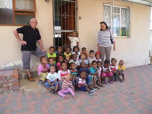 """Judy und Werner Schnorr vor der """"Bongulethu Play School"""" in Port Elizabeth © Werner Schnorr"""