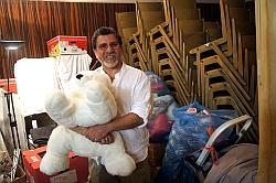 Cyrus Sifouri freut sich über die Kuscheltier-Spende